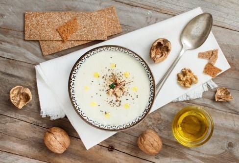 Vegane-Blumenkohlsuppe-mit-Zimtwalnuessen