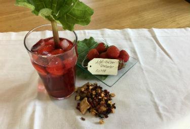 Erdbeer-Rhabarber-Eistee