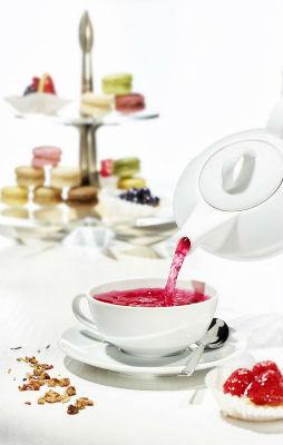 Teekanne gefüllt mit aromatischen Ronnefeldt Früchtetee